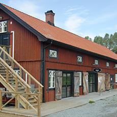 Bilden visar den röda längan som Gäddeholms Café ligger i.