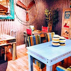 Bilden visar en del av inredningen med färgglada stolar och bord inne på Global Living.