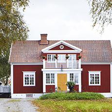 Bilden visar huvudbyggnaden på Hem till gården.