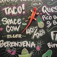 Hermanas meny skriven på en svart tavla med färgglada illustrationer. Fotograf: Lina Classon.