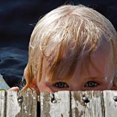 Barn som tittar upp från bryggan på Joahnnisbergs badplats. Foto: Pressbild