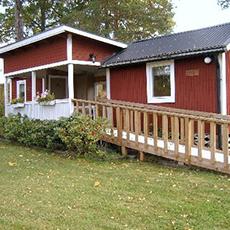 ett stort rött hus med en ramp på framsidan av huset