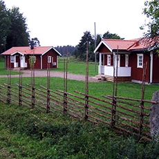 2 stugor med trästaket på Norr Lövsta Gård. Foto: Pressbild