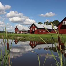 Visar en sjö med stora röda hus