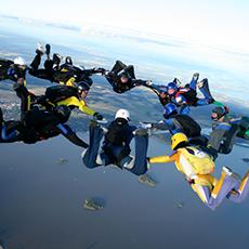 En grupp människor i ett formationshopp med Fallskärmscenter. Foto: Pressbild