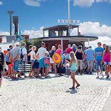 Elbafärjan som ligger vid hamnen med folk som är på väg att gå ombord. Foto: Pressbild