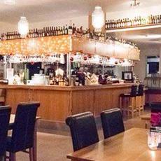 Bild på baren och stolarna i restaurangen