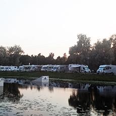 Husbilar intill Mälaren på Västerås Gästhamns ställplatser. Foto: Pressbild