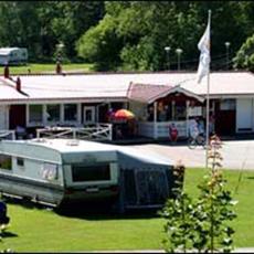 Bilden visar klubbhuset på campingen med vy över campingen