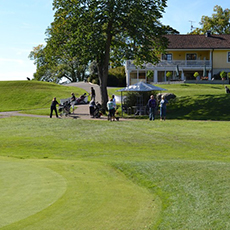 Bilden visar en bit av en gräsmatta på golfklubben