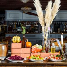 Bild beskriver ett bord uppställt med olika maträtter