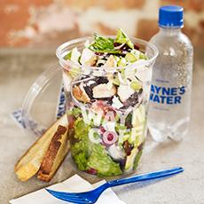 Bild beskriver en sallad, gaffel och en flaska vatten från Waynes Coffe .Fotograf: Pressbild
