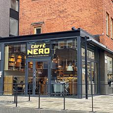 Bilden visar Caffé Nero från utsidan. Fotograf Linda Eklund.