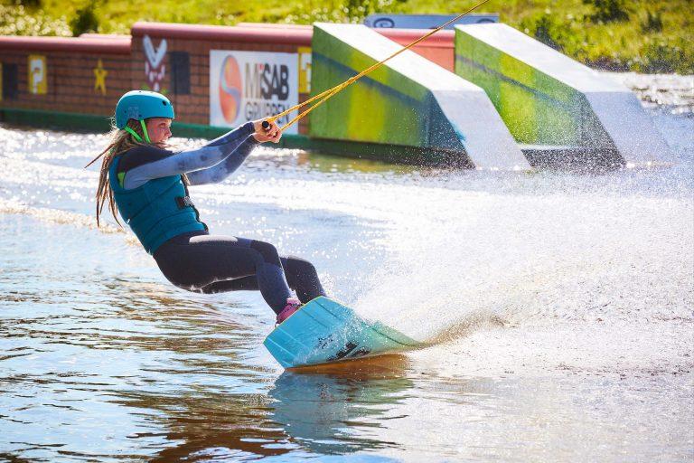En ungdom åker vattenbräda i Västerås Kabelpark. Fotograf: BildeN