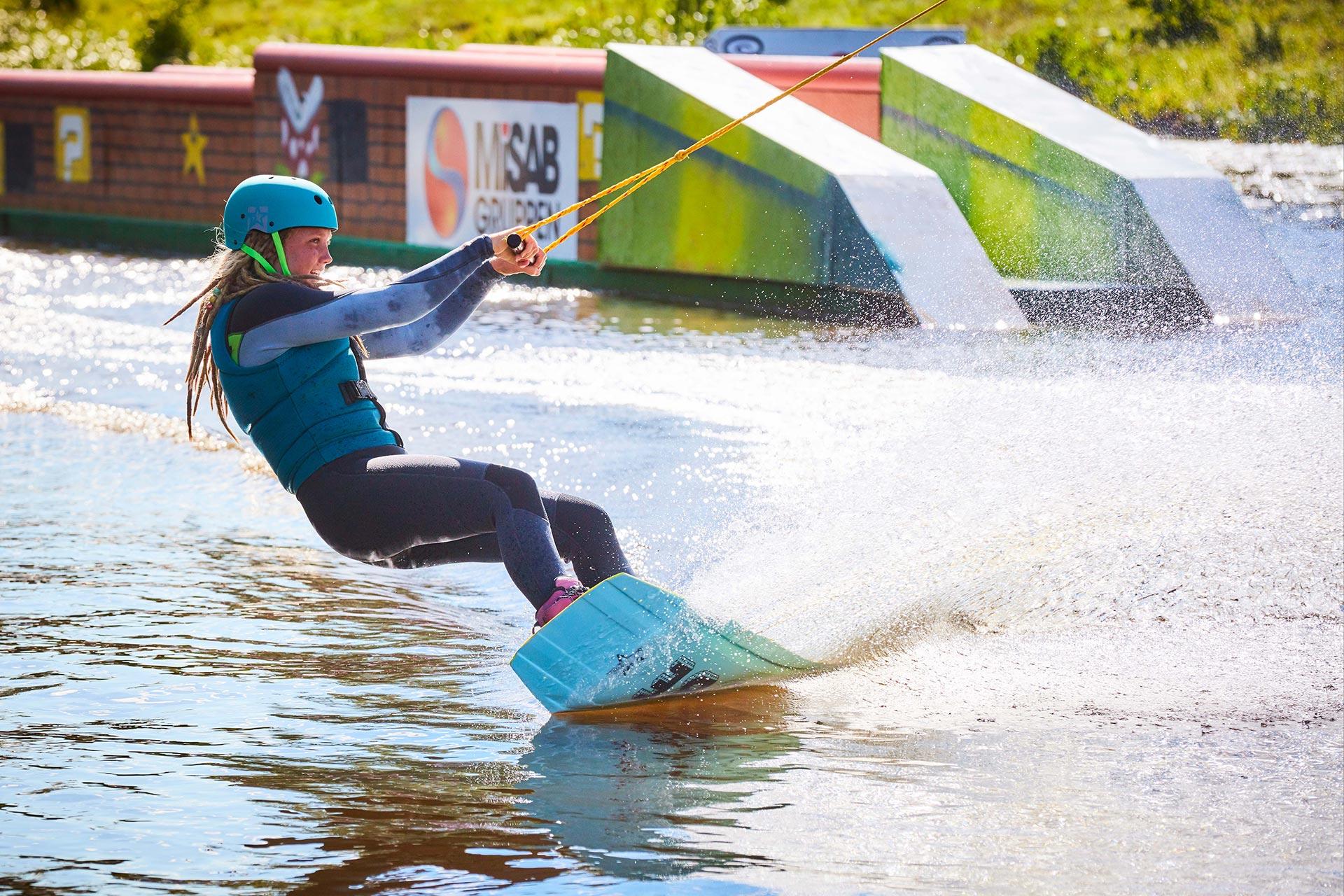En ungdom åker vattenbräda i Västerås Kabelpark. Foto: BildN