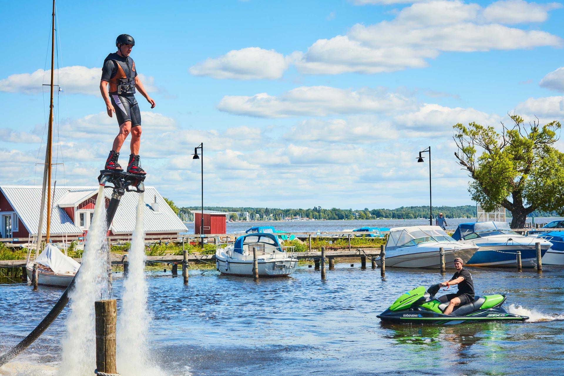 Vattenlek på flyboard en solig sommardag i Västerås Kabelpark som ligger i Västerås Gästhamn. Foto: BildN