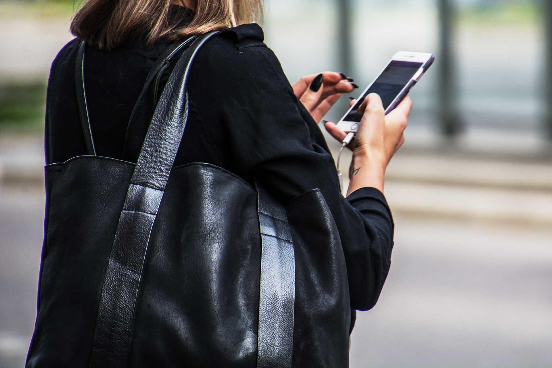 Kvinna använder sin mobiltelefon till att ringa. Foto: Mostphotos