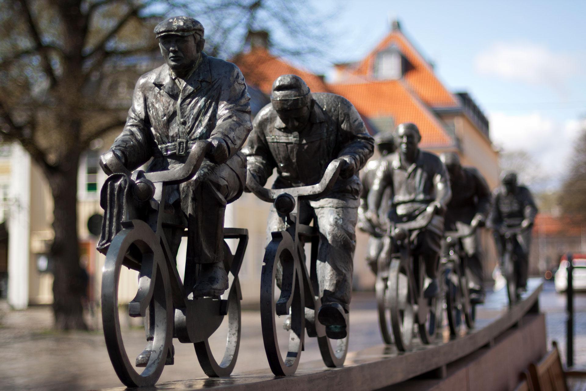 Det offentliga konstverket Aseaströmmen. Den skildrar arbetarna som cyklade till och från sin arbetsplats på ASEA:s metallverk. Fotograf: Mostphotos