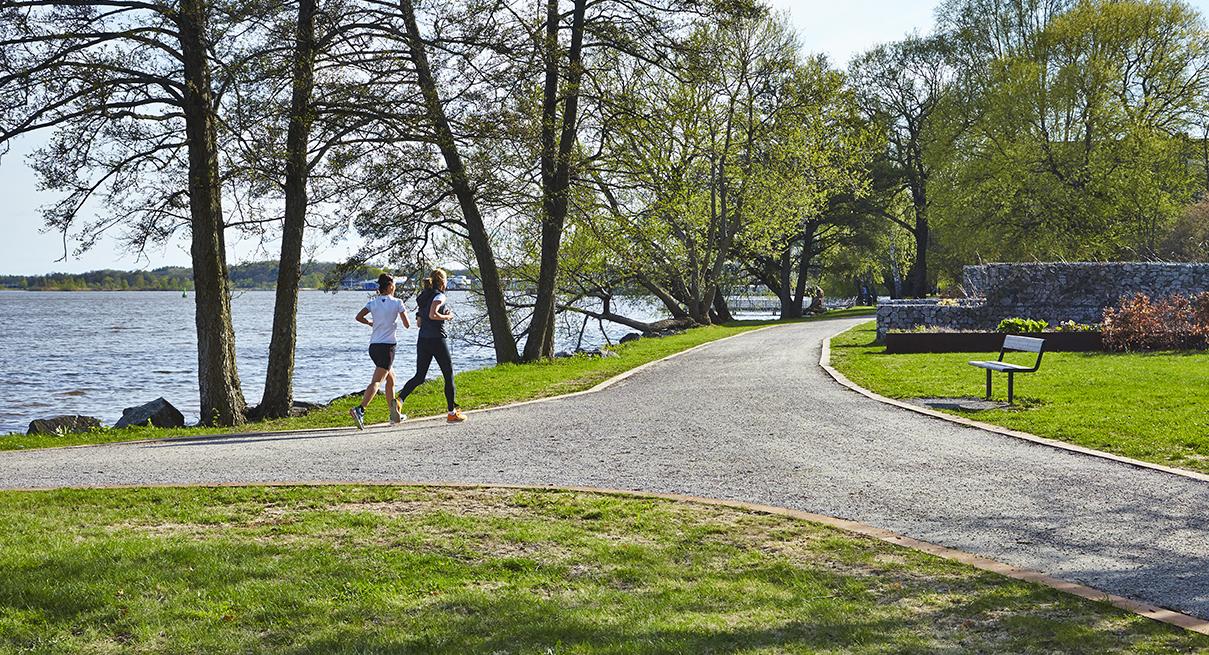Tjejer joggar längs Mälarens kant. Fotograf Hans Nordlander