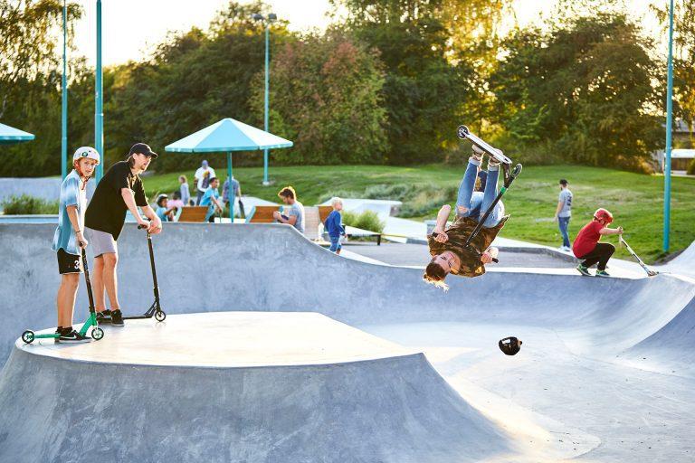 Tonåringar åker sparkcykel på Löga Skejtpark i Västerås. Fotograf: Pia Nordlander