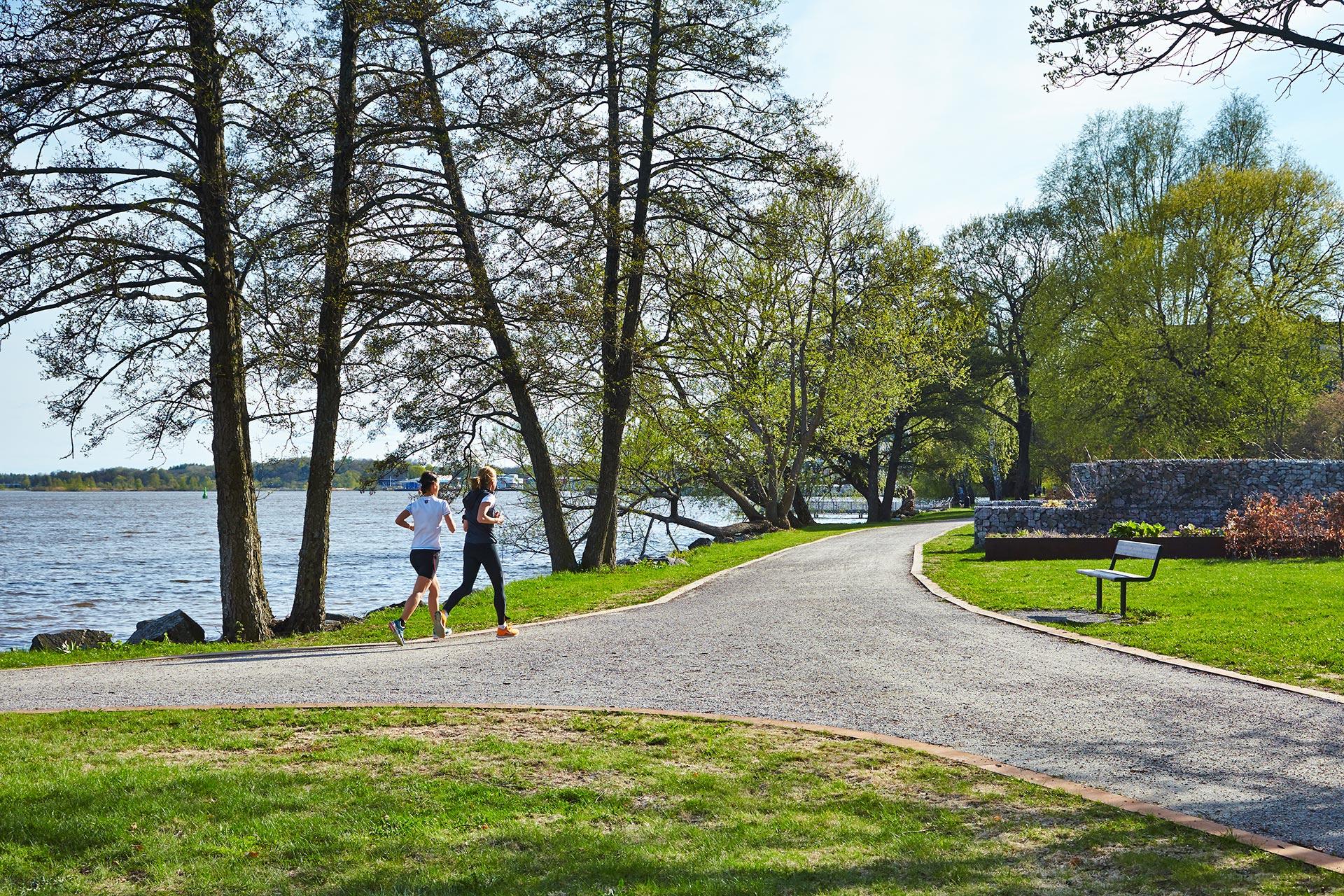 Två vuxna personer är på löptur längsmed Mälaren i Västerås. Fotograf: Hans Nordlander