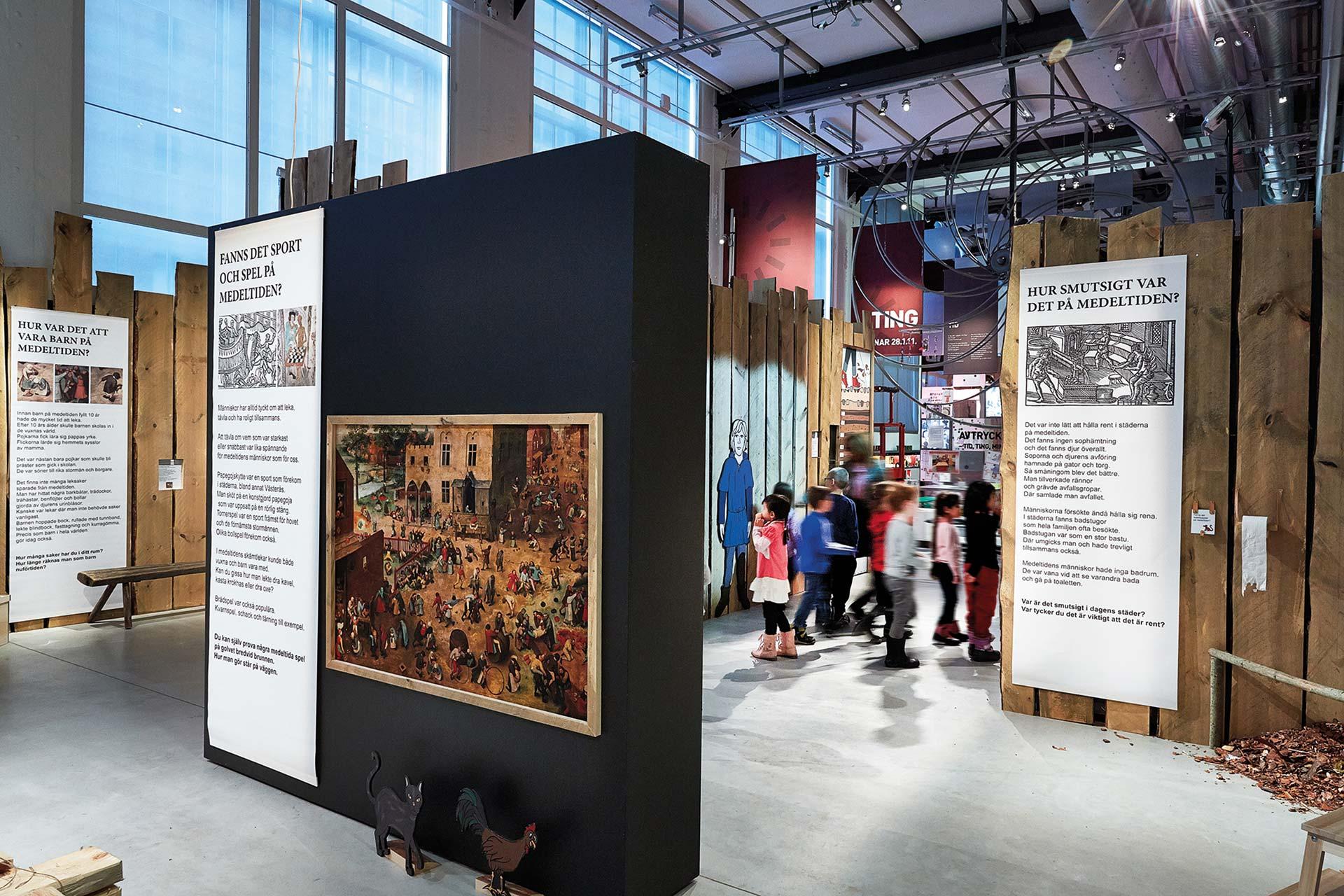 Barn som samlas vid utställningsmontrar på Västmanlands läns museum. Fotograf: Lasse Fredriksson