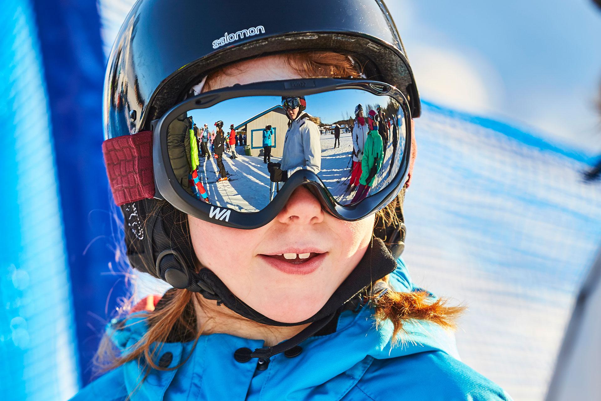 Entt barn med stora skidglasögon åker slalom på Vedbobacken i Västerås. Fotograf: Pia Nordlander