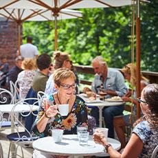 Fikande människor på Skultuna Messingsbruks Café. Foto: Pressbild