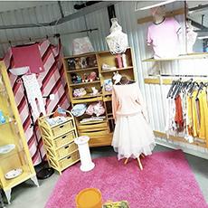 Kläder i Second hand butiken Brödet och Fiskarna. Foto: Pressbild