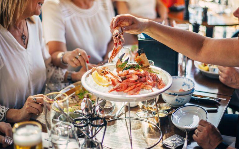 Ett sällskap äter skaldjursplatå på Kajplats 9 i Västerås. Fotograf: Pia Nordlander