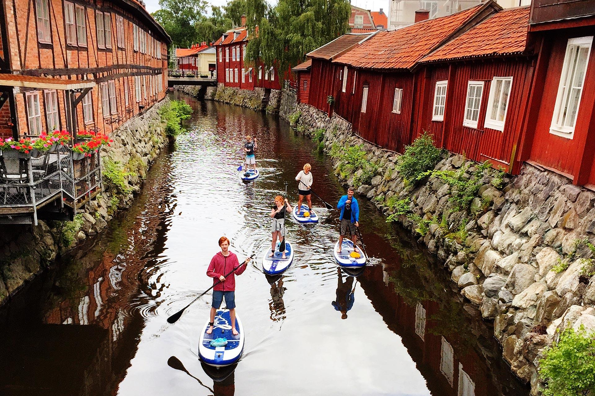 Stand Up Paddling med Aktivt uteliv, på Svartån i Västerås. Fotograf: Pressbild
