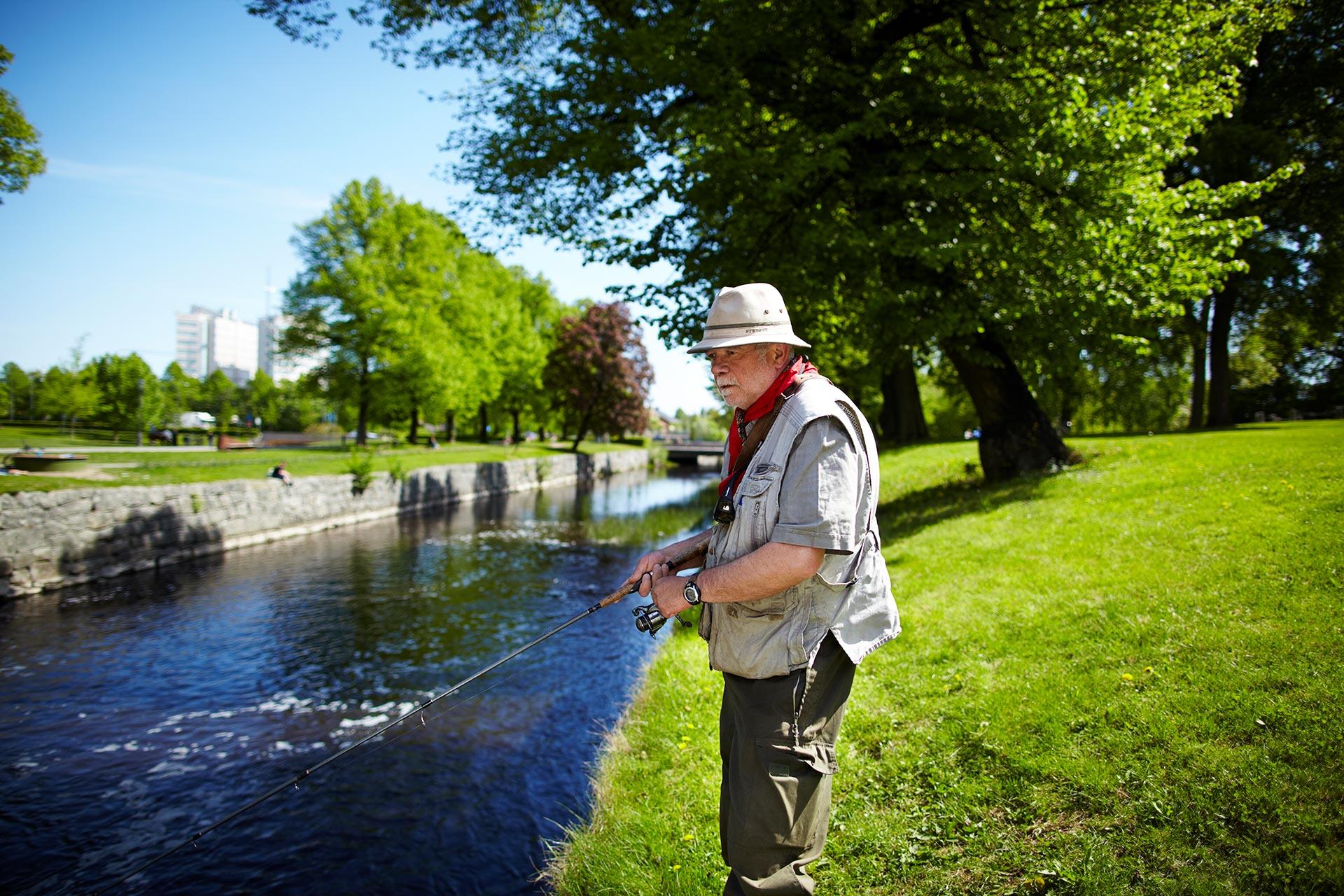 Man som fiskar i Svartån i Västerås. Fotograf: Pia Nordlander