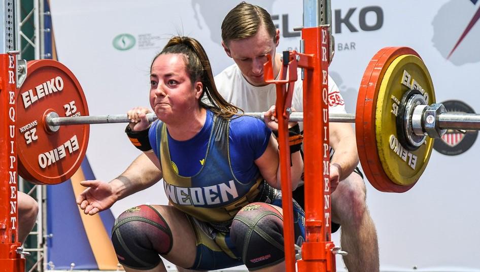 En tävlande kör squats under EM i styrkelyft. Foto: Pressbild.