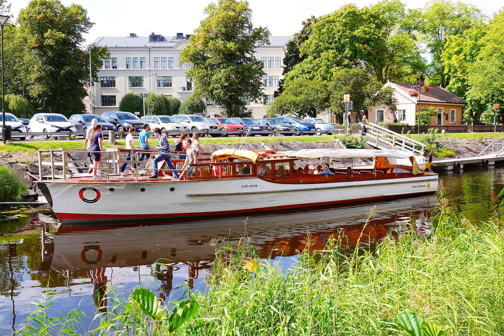 En båtbuss på Pråmkanalen