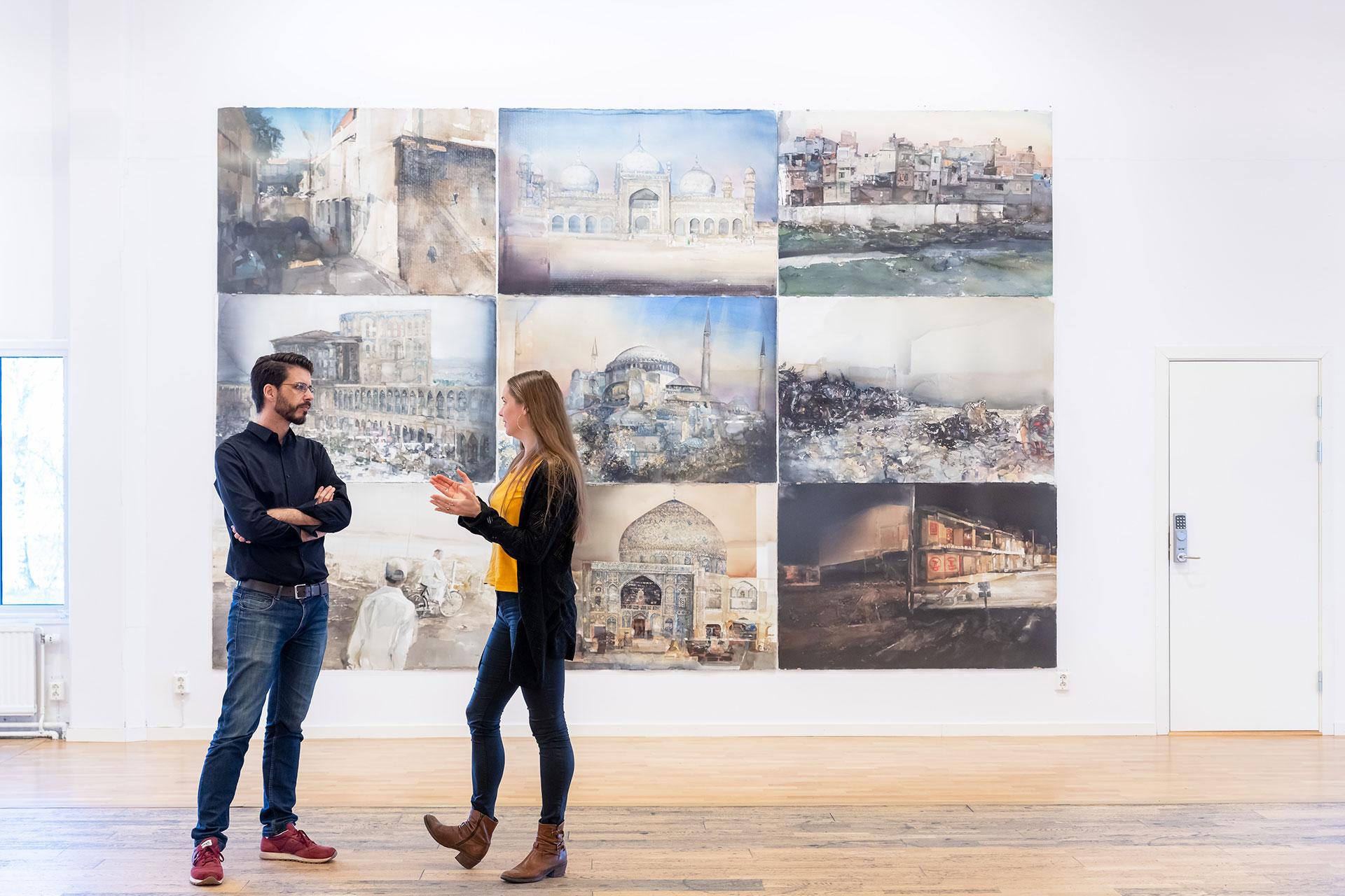 Två personer står och pratar framför konst på Lars Lerins museum i Karlstad . Foto: Christine Holm