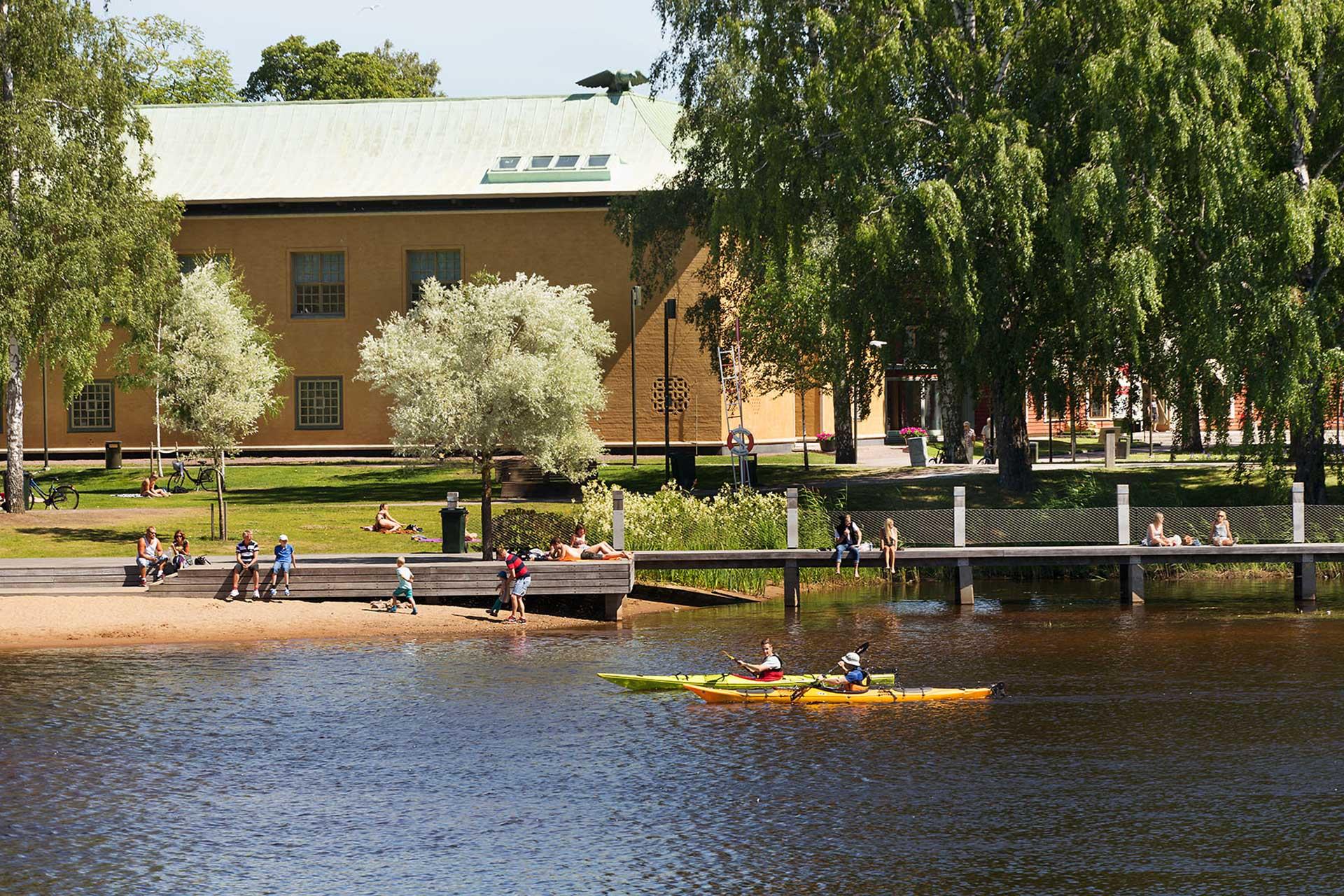 Flera personer paddlar på Klaraalven i Karlstad