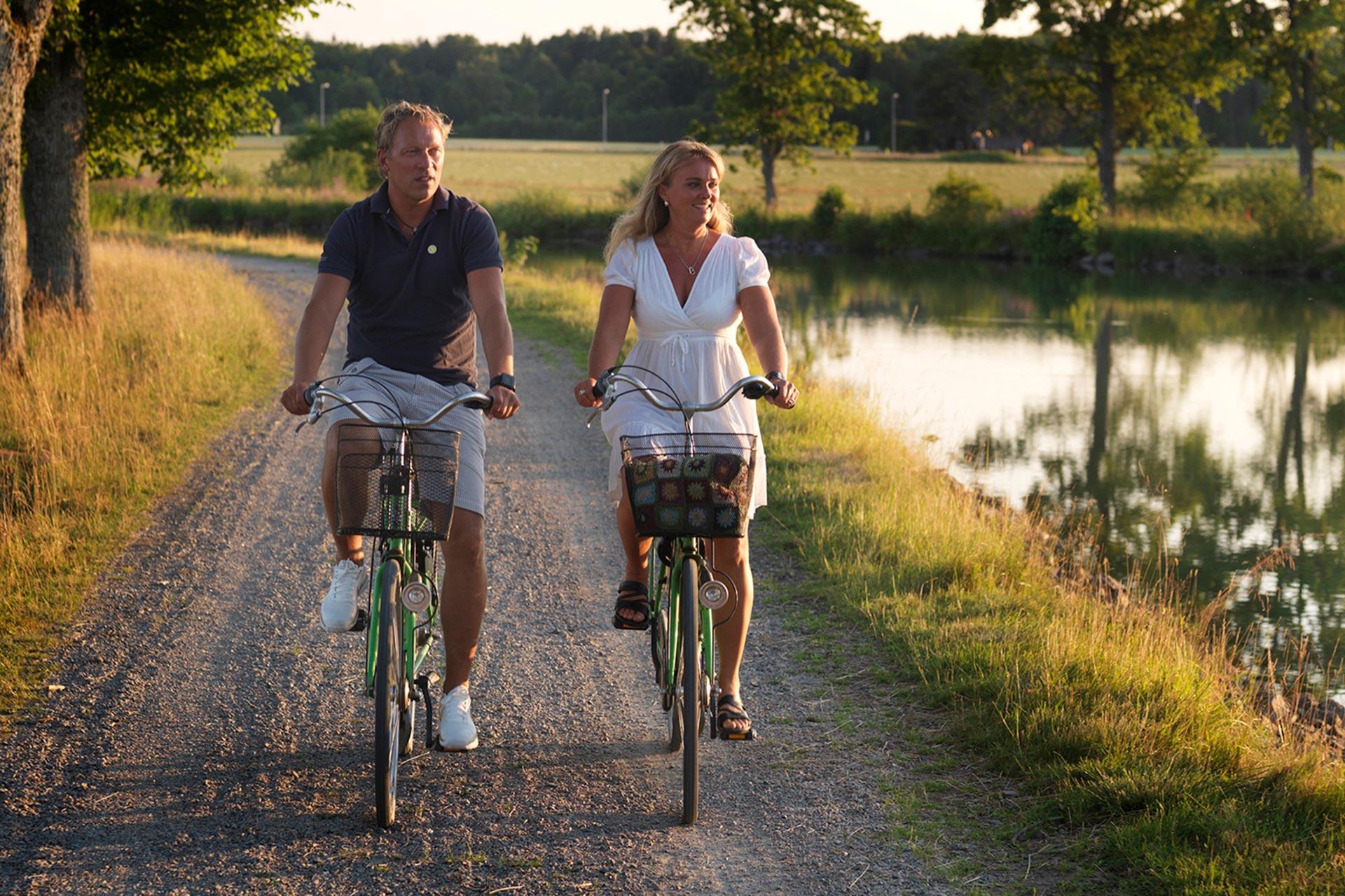 Ett par cyklar längs Göta kanal. Foto: Niclas Albinsson