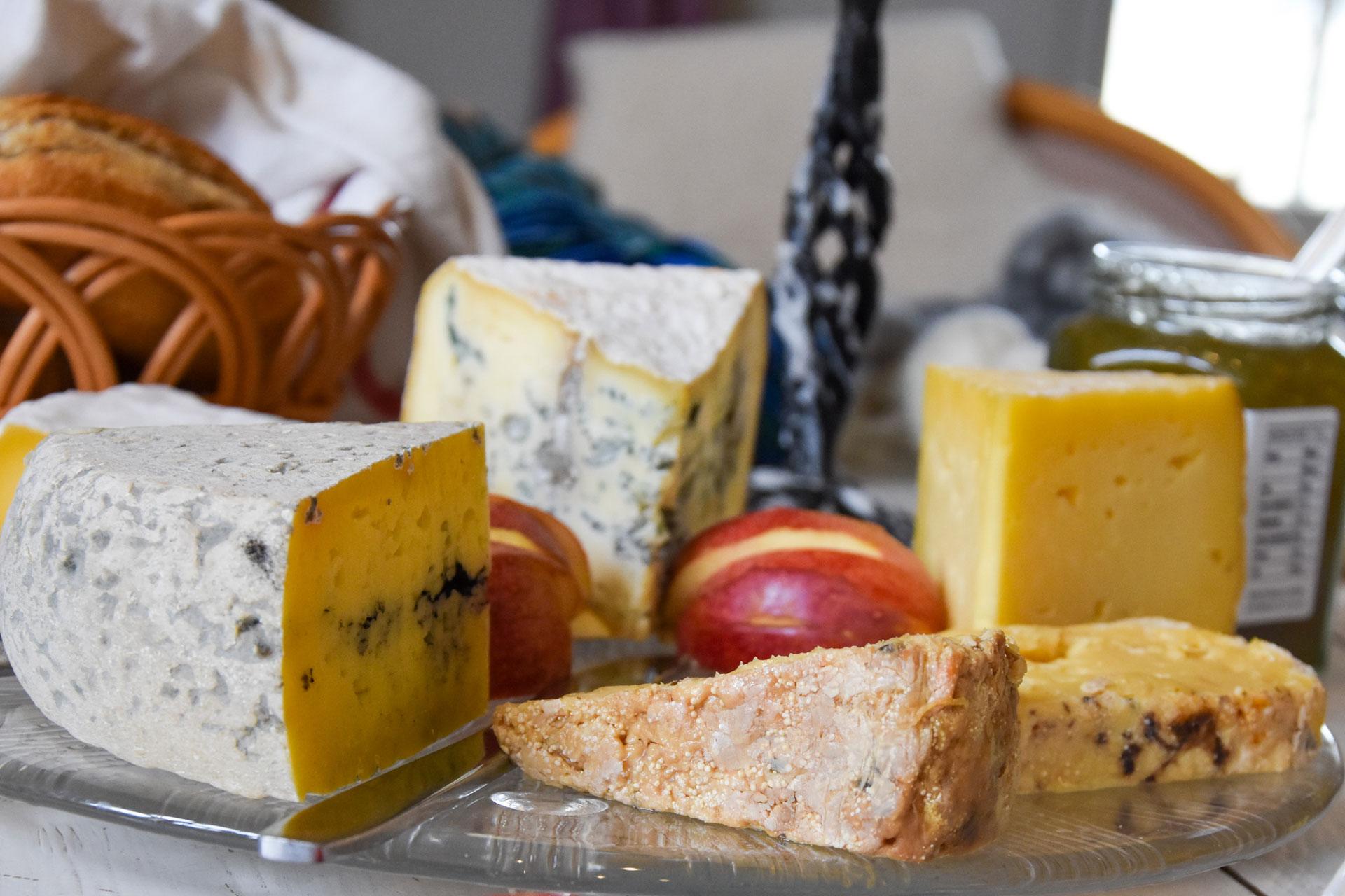 Flera ostar som ligger på en charkbricka i från ostbiten i Örebro