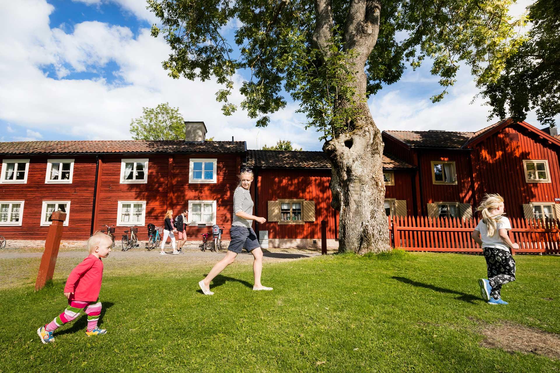 En familj leker i Wadköping i Örebro