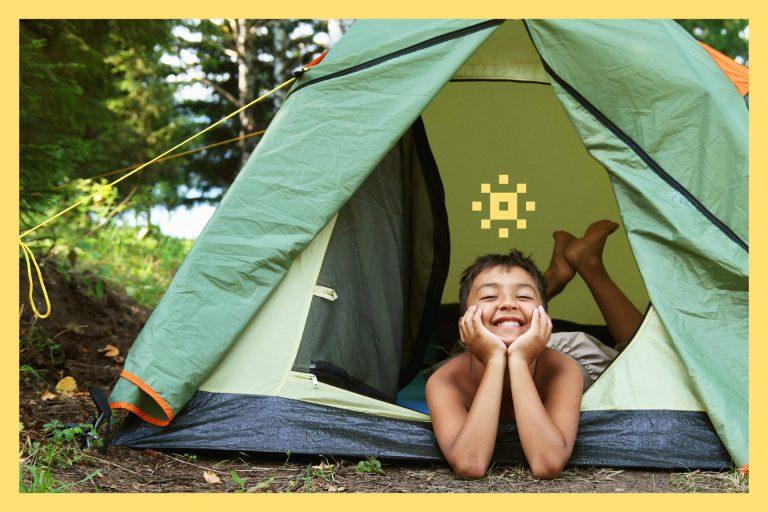 Glatt barn som campar i talt. Foto: Mostphotos