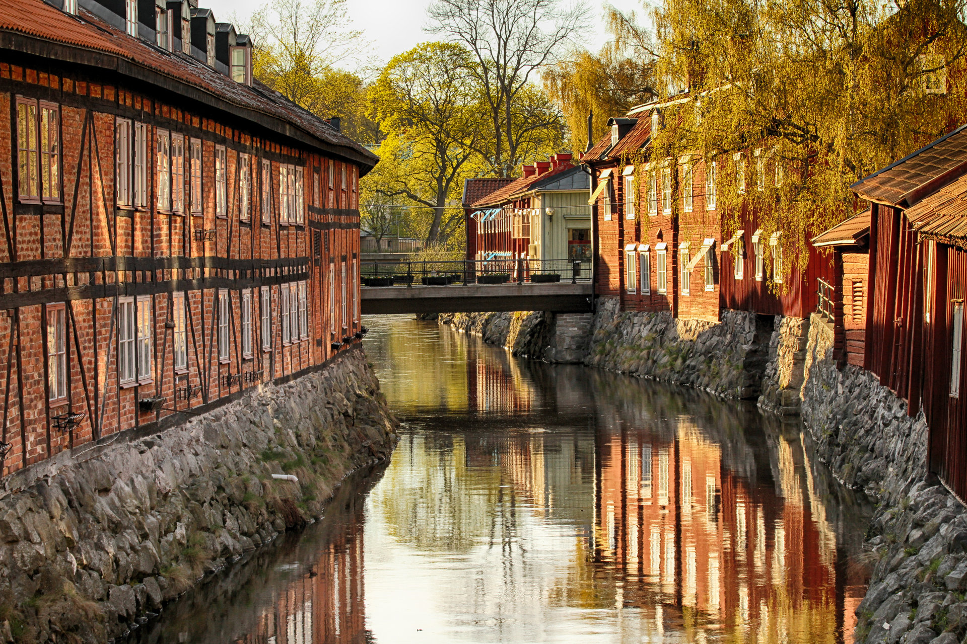Vacker vy över svartån och gamla byggnader på vardera sida. Foto: Mostphotos