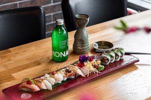Sushi vackert upplagt ståendes på ett bord. Foto: Pressbild
