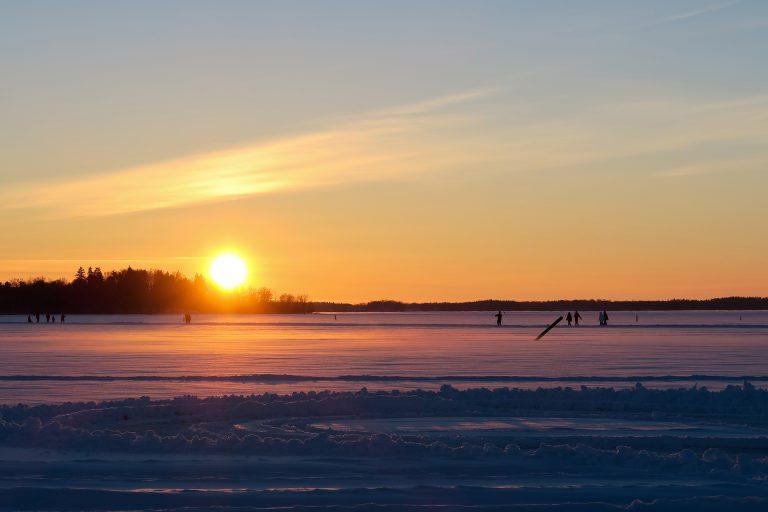 Skridskoåkare och ispromenader på den plogade isbanan på Mälaren i Västerås. Foto: Mostphotos