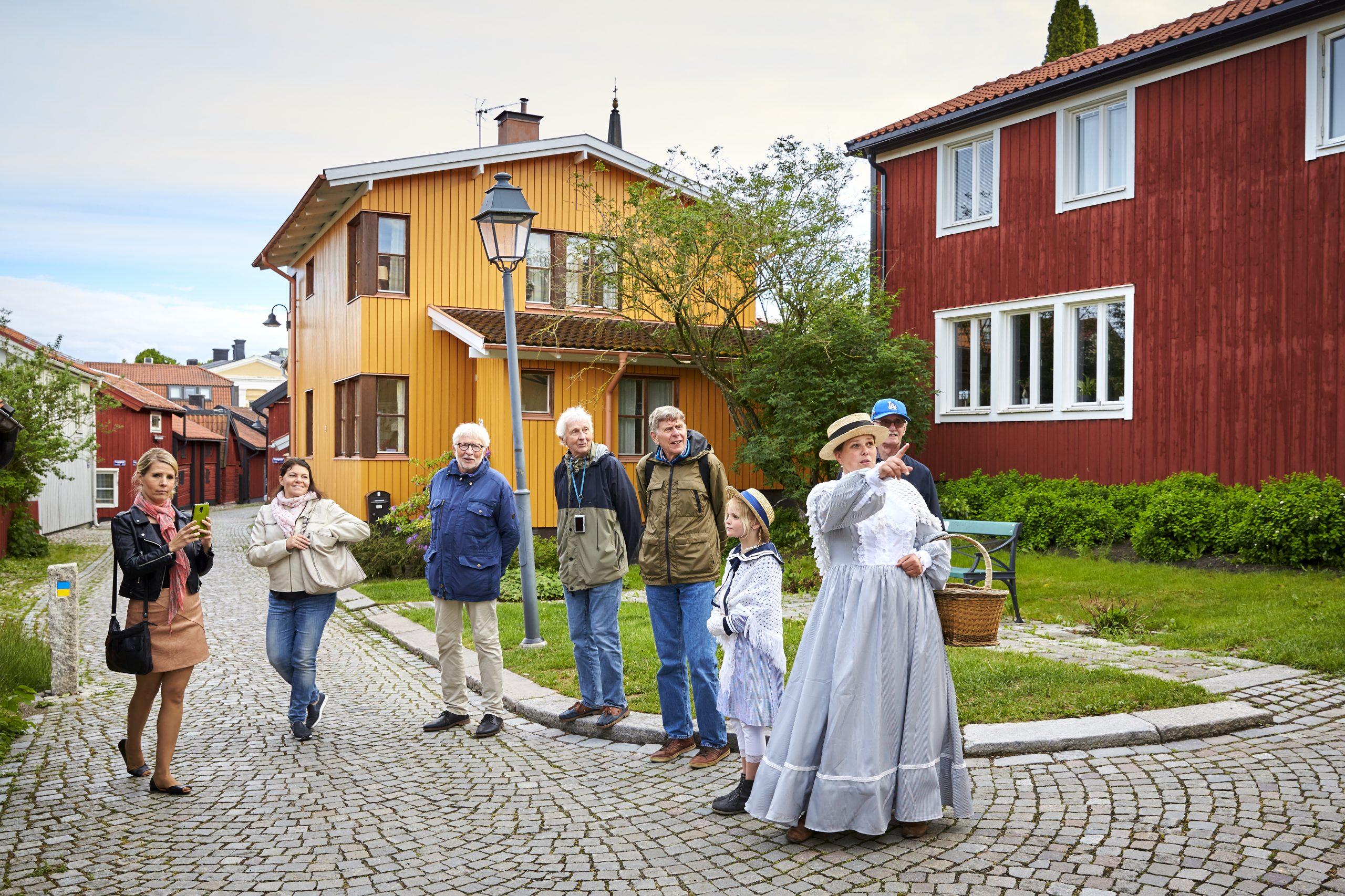 På guidad vandring genom kyrkbacken i Västerås