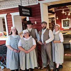 Personalen, i typiska bondkläder, på Bondens Västerås. Foto: Pressbild