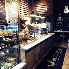 Bilden visar försäljningsdisken med bröd, bullar och godbitar inne på Mäster Jacobs.