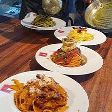 Tallrikar med olika pastarätter hos Pasta Fresca i Saluhallen Slakteriet. Foto: Pressbild