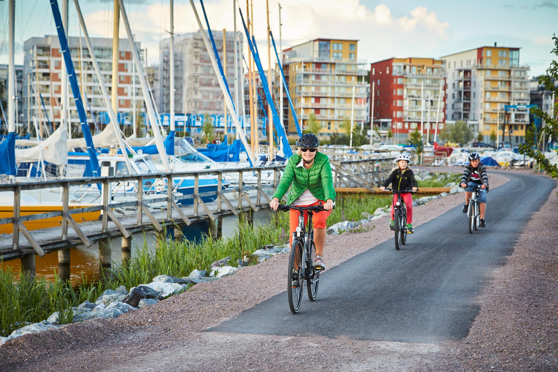 Människor som cyklar vis Öster Mälarstrand. Fotograf: Pia Nordlander