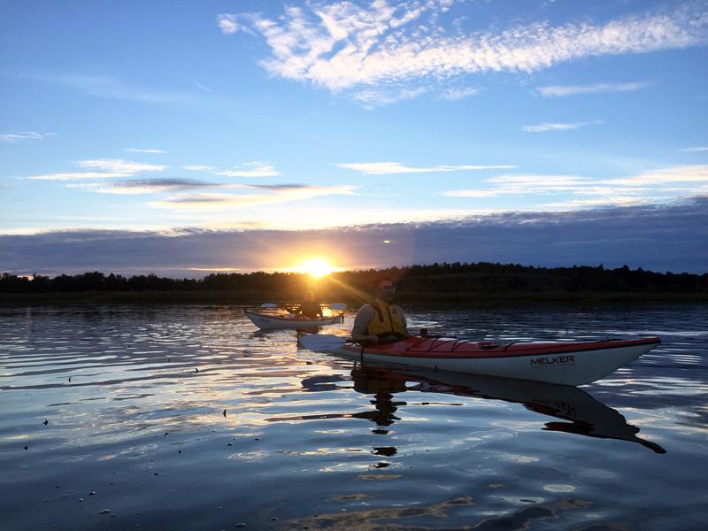 Två personer paddlar i solnedgången. Foto: Aktivt uteliv