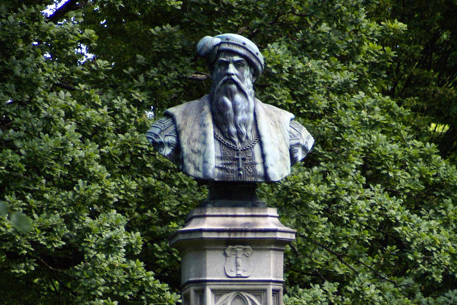 Gustav vasa staty med grönska i bakgrunden. Fotograf: Linda Heplinger